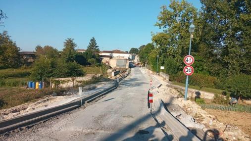 L'écluse qui est remontée par rapport au pont et qui comportera un plateau surélevé