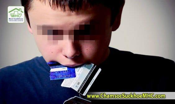 Bạn có biết: Có thể mỗi tuần bạn đã ăn hết một cái thẻ ATM ? o nhim rac thai nhua o nhiem moi truong the ATM VIASA