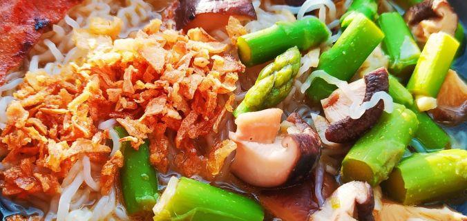 bouillon shiritaki, shiitake, asperges vertes, bacon végétal