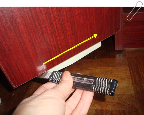 このように扉の板にカッターの刃を当てて滑らせるようにカットしましょう。