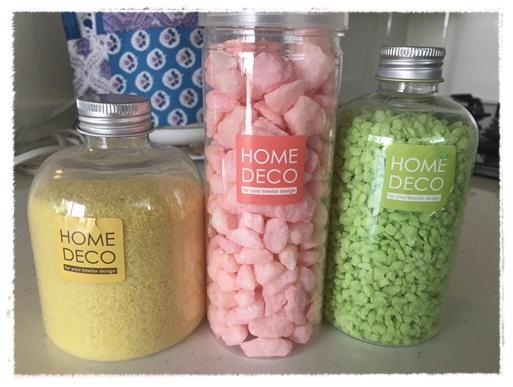 左からカラーサンド、カラー砂利大粒、小粒