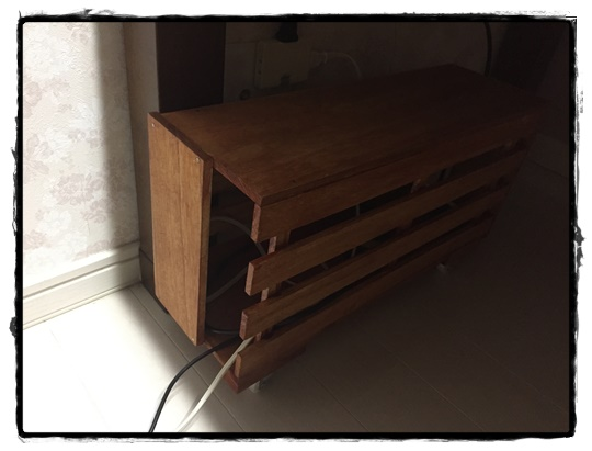 コードボックスに収納して机の下にスッキリ!キャスター付きで簡単お掃除。