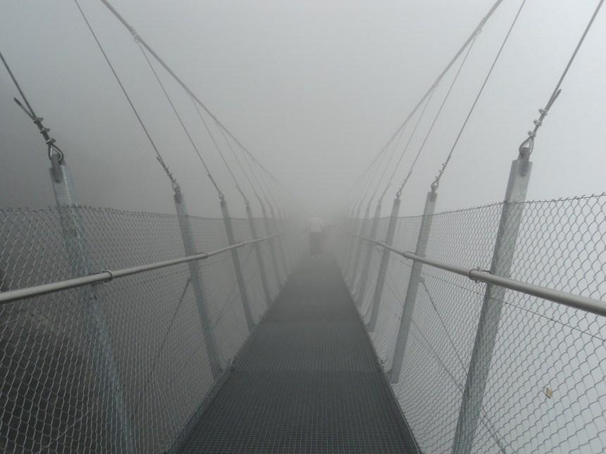 Passerelle dans le brouillard