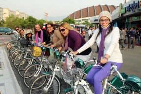 Foreign tourists' Downtown Sightseeing on Public Bike