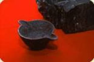 Vào năm 1912, hai nhân viên của Nhà máy điện Thành phố Thomas, Oklahoma đã phát hiện ra một chiếc nồi sắt nằm bên trong một khúc than có niên đại từ 300 tới 325 triệu năm tuổi. (Ảnh chụp bởi: Viện Bảo tàng Bằng chứng Tạo hóa)