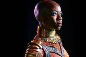 Danai Gurira, ou Okoye, dans Black Panther. L'actrice noire la plus belle et la plus puissante du siècle nous regarde avec son collier traditionnel africain et son armure pourpre en vibranium