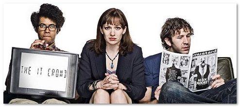 pauvre jen assise entre le nerd moss et son ordi et le gors geek Roy, qui lit un comics pffff… c'est dur pour une femme de bosser dans une série geek