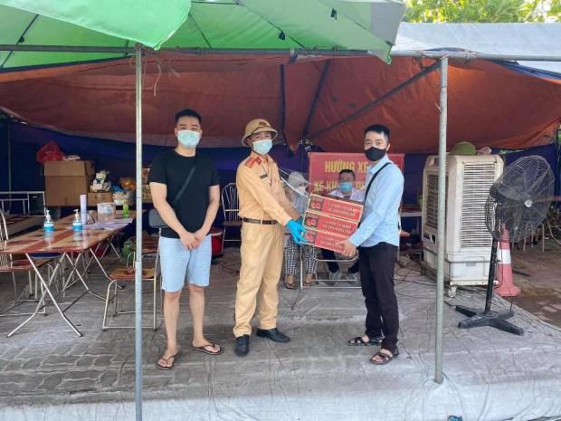 Ấm lòng mùa dịch - 2 chàng trai Hải Dương trao tặng nhu yếu phẩm tới từng chốt kiểm soát - Ảnh 5.