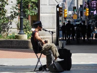 市政厅天井的吉他歌手