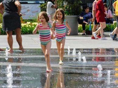 玩水的小姑娘。