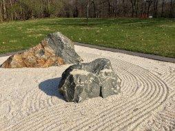 近觀沙石,便是另一尺度。對時間和空間作多尺度的觀察,是禪園裡體會的智慧。