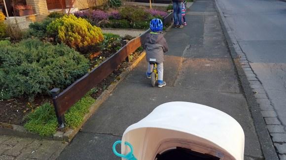 Zwillinge fahren Laufrad