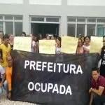 Servidores ocupam prefeitura para cobrar salários atrasados em Tanhaçu