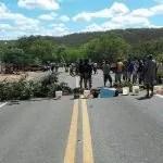 Manifestantes fecham BR 242 em Lençois para pedir abastecimento de Aguá