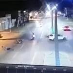 Motociclista sai ileso após colidir com carro e ser lançado da moto; vídeo