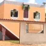Pedreiro aposentado constrói casa de cabeça para baixo; veja vídeo