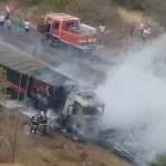 Carreta que transportava sal pega fogo na BR-242, na cidade de Andaraí