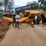 Escavadeira hidráulica cai de cima de caminhão, em Mundo Novo