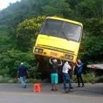 Ônibus desce ladeira de ré e fica pendurado em ribanceira na Bahia