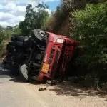 Caminhão tomba na BA-052, entre Baixa Grande e Mundo Novo