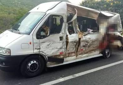 Acidente entre van e carreta deixa quatro mortos na BR-242