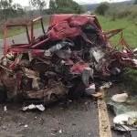 Batida com caminhão deixa carro destruído e uma pessoa morre