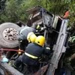 Ônibus que transportava cantor sertanejo tomba deixando um morto e sete feridos