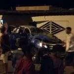 Carro da Guarda Municipal de Itaberaba capota e destroi frente de residência