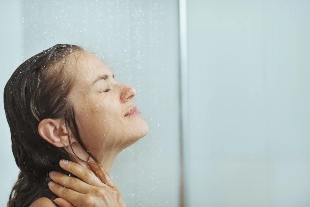 Hábito de tomar banho todos os dias é prejudicial à saúde, conclui estudo