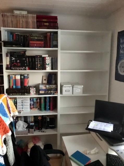 boekenkasten voor het behangen, tijdens het leeg maken
