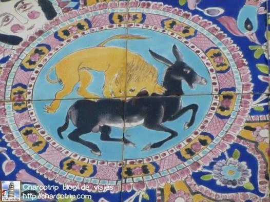 Un león comiéndose a un rumiante, lo veríamos mucho en varios lugares de Irán… eso en los tiempos antiguos simbolizaba en verano que llega y hace a un lado al invierno.