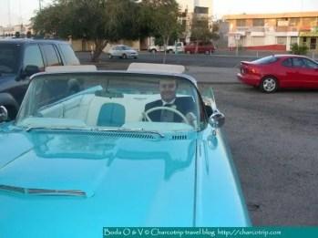 Llegamos y Vicente no se quedo con las ganas de tomarse foto con el carro / We arrived and Vincent took a picture with the car also / Une fois arrivés au studio, Vincent n'a pas pu résister de poser au volant de la Thunderbird