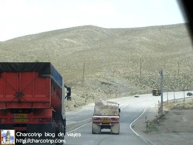 Y esta es la muestra de lo que digo: los autos siempre tratan de ir encima de las lineas... la razón? desconocida XD