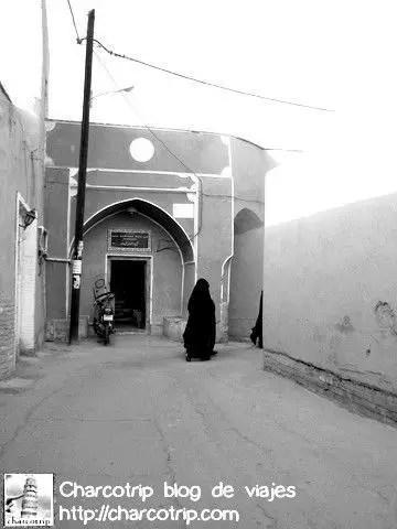 Y caminar y caminar... las mujeres en chador negro ahora si que nos parecian fantasmas de negro... con la deprimente situación.