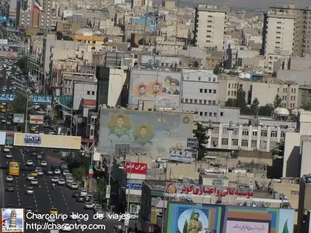 Entre todos los murales no podían faltar las caras de Khomeini y Khamenei... ahí se ven con sus turbantes negros...