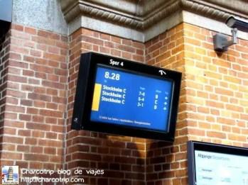 Las pantallas informativas en todo momento y lugar es difícil perderse. Eso si, hay que llegar a tiempo por que el tren no espera y es muy puntual
