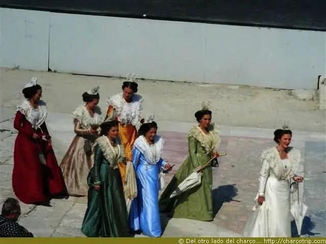 La reina (de blanco) con sus damiselas de honor (o sea las perdedoras del concurso de reina)