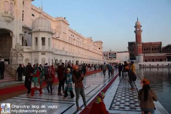 gente-templo-dorado-amritsar