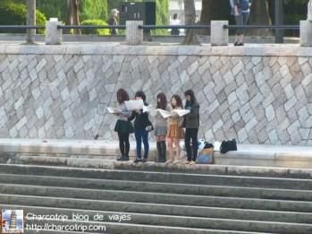 Del otro lado del río había unas chicas practicando canto