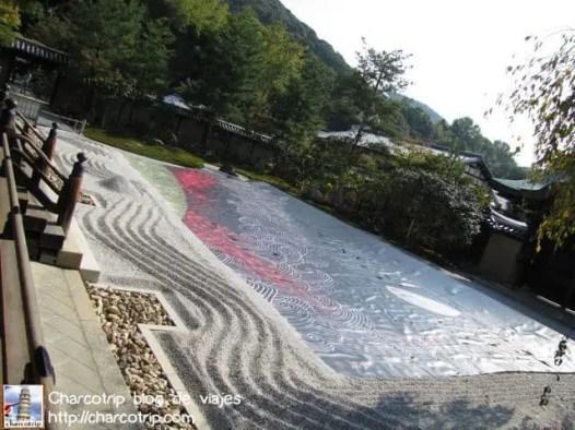 De nuevo increíble lo meticuloso de las lineas trazadas en los jardines zen