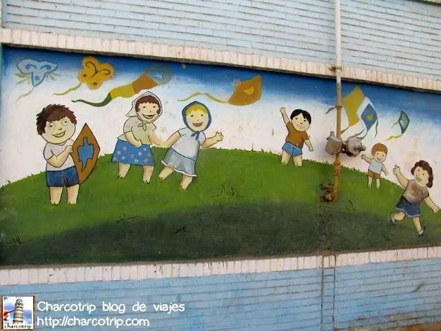 Aquí se ven juntos a niños y niñas jugando con cometas coloridos