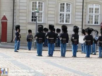 Viene la guardia que tomara su lugar y la banda... en medio de los cambios la banda toca musica