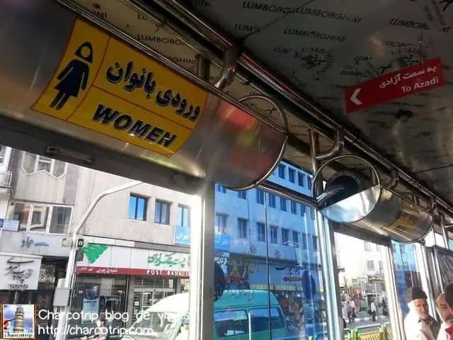 Segregación en autobuses, pobres hombres van hacinados :/