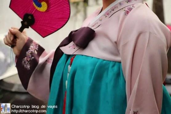 La falda se agarra en la parte superior del pecho