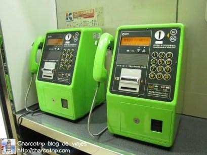 Estos teléfonos verdes los veríamos en muchos lugares... son los teléfonos públicos por excelencia :D