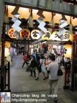 Y esta es la puerta pero en sentido contrario... aquí la gente sale del templo religioso... hacia el templo del consumo