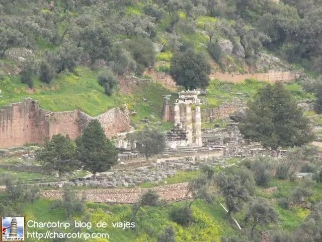 Este es el monumento que aparece en muchas tarjetas postales de Delfos