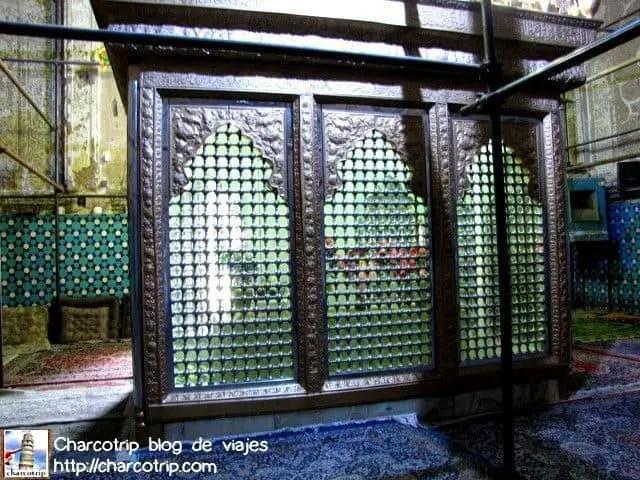 La gran tumba de cristal y luz verde