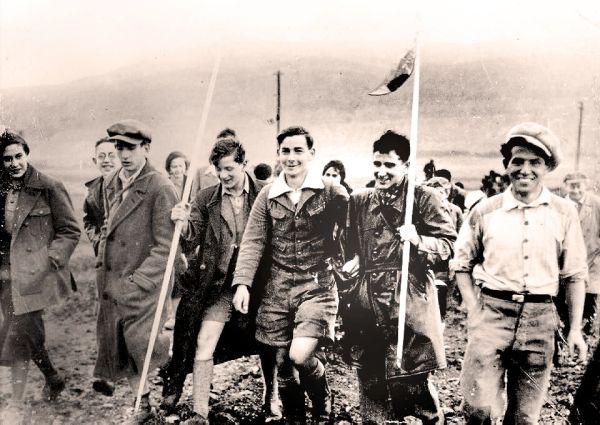 The first German Youth-Aliyah group heading toward Kibbutz Ein Harod, February 19, 1934. Photo by KLUGER ZOLTAN [Public domain].
