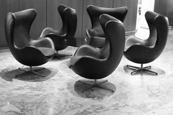 Charles Ray and Coco - Blog deco - Arne Jacobsen